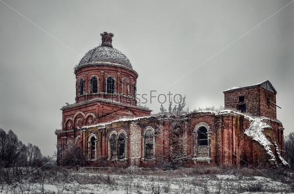 Разрушенная православная церковь в Рязанской области, Россия