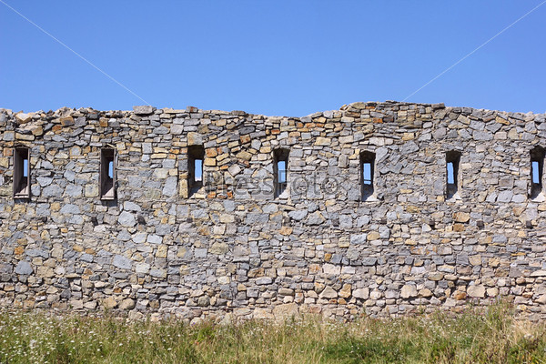 Древняя сломанная стена с бойницами
