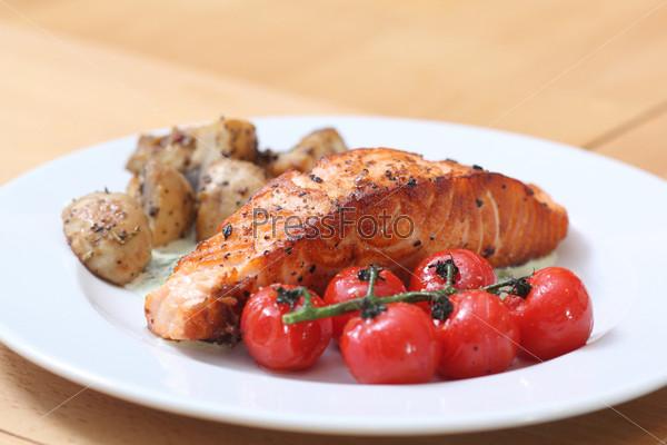 Рыбный стейк, приготовленный на гриле, на тарелке
