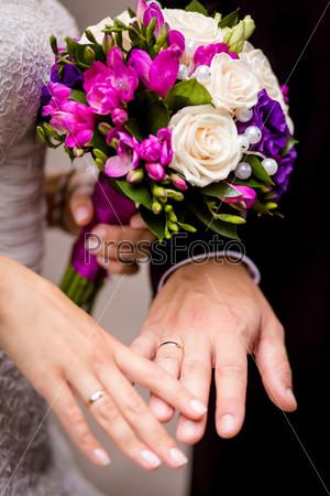 Невеста и жених, взявшиеся за руки