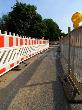 Защитное ограждение, ремонт дороги