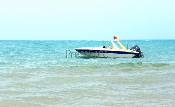 Прогулочный катер в прибрежных водах вблизи пляжа