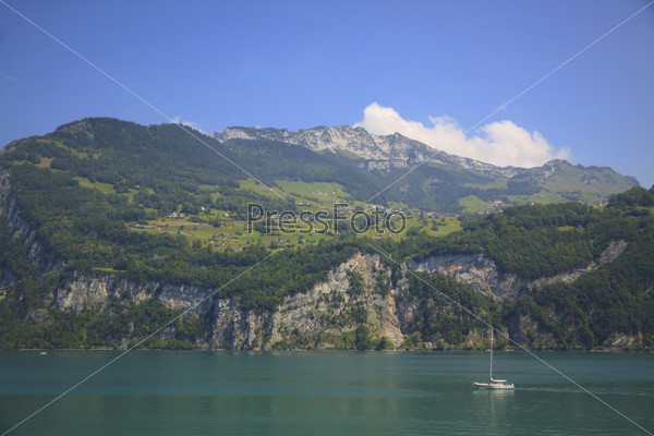 Женевское озеро на фоне Альп