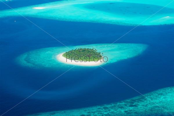 Фотография на тему Вид из самолета на остров, расположенный на Мальдивах