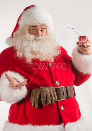 Портрет Санта-Клауса, пьющего молоко из стакана