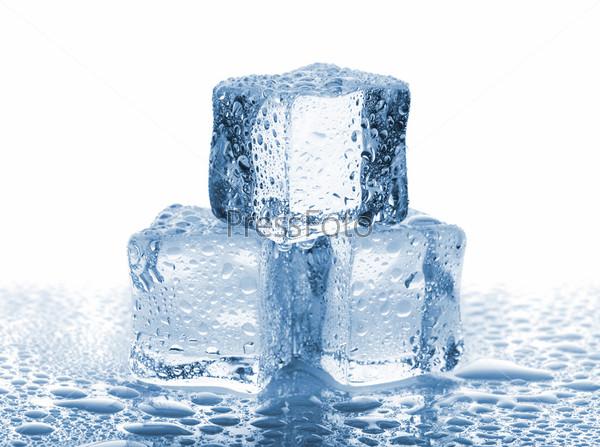 Три кубика льда с водой
