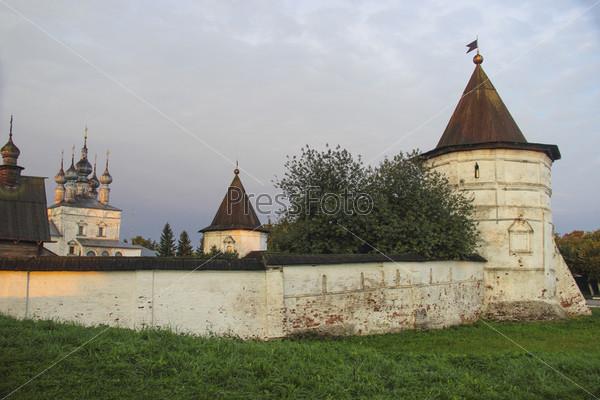 Стены и башни Михайло-Архангельского монастыря