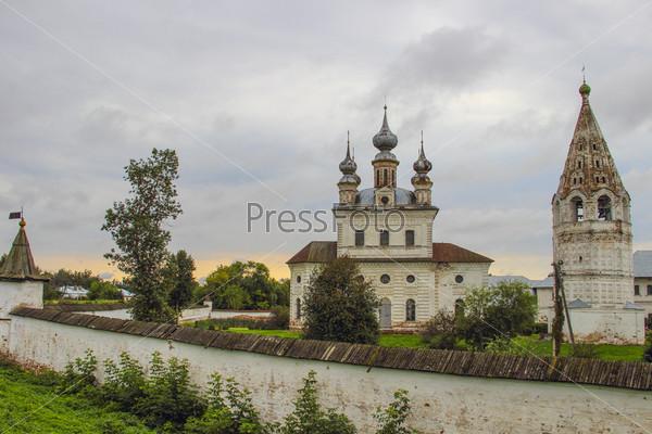 Собор и колокольня в Михайло-Архангельском монастыре