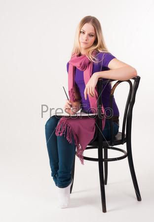 Фотография на тему Красивая блондинка на стуле