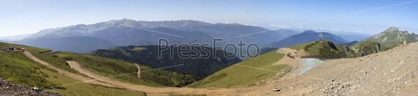 Летняя панорама поселка Красная Поляна. Грный хребет Гагры