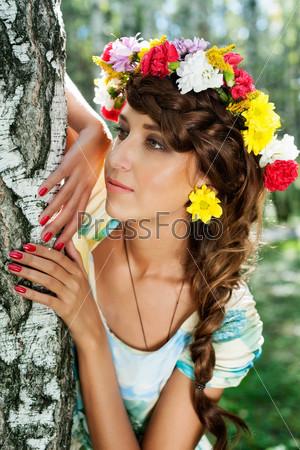 Фотография на тему Привлекательная женщина в венке