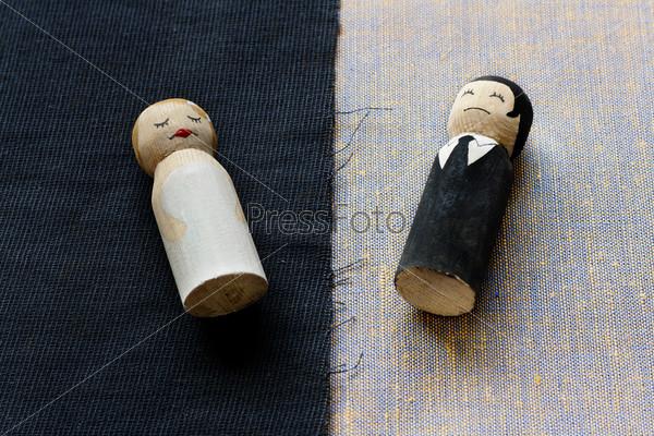 Фотография на тему Фигурка жены и мужа в концепции развода