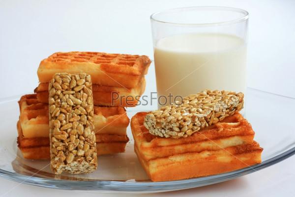 Молоко и вафли на завтрак