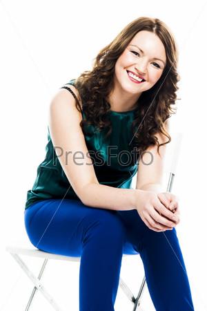 Красивая и молодая женщина в зеленой кофте