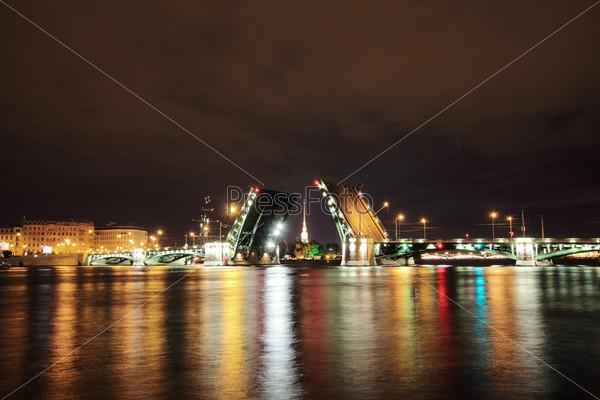 Открытый разводной мост ночью в Санкт-Петербурге