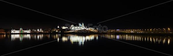 Фотография на тему Ночная панорама Казани с отражением в реке