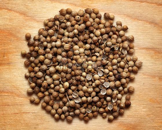 Семена кориандра на деревянной доске