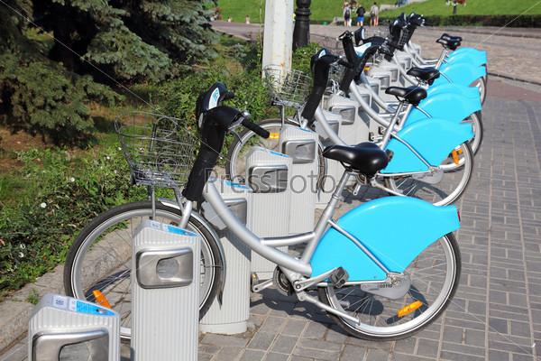 Фотография на тему Велосипеды на прокат на стоянке