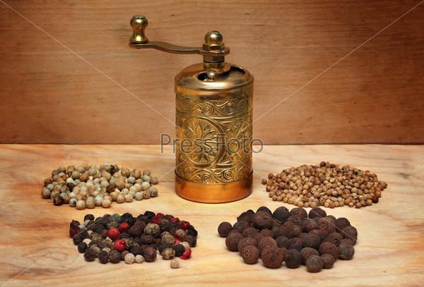 Фотография на тему Мельница и специи на деревянной доске