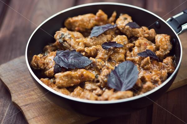Жаркое из свинины с базиликом в сковороде