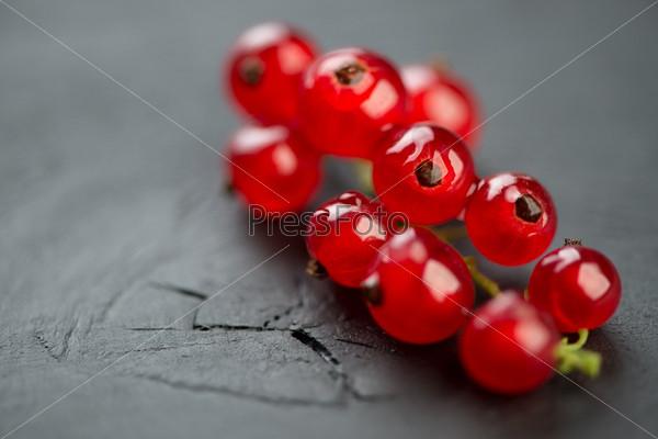 Красная смородина на темном деревянном фоне