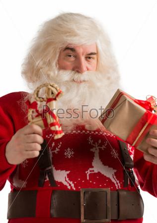 Фотография на тему Санта-Клаус, рождественские украшения в виде оленей и подарок