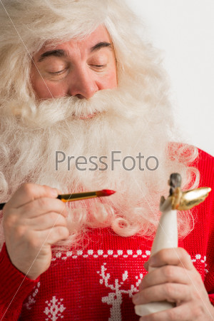 Санта-Клаус делает игрушки