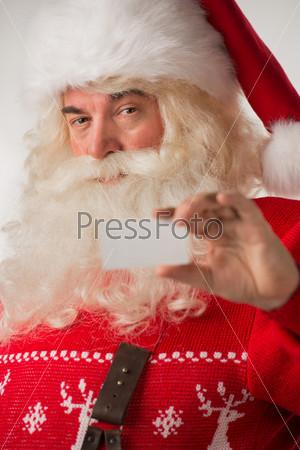 Дед Мороз показывает пустую визитную карточку