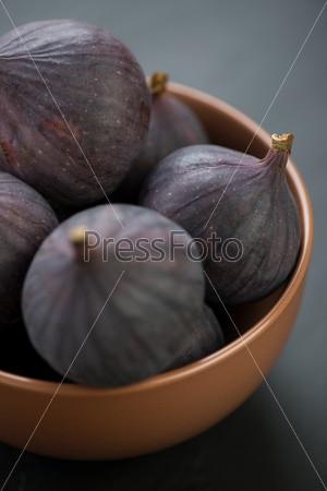 Фотография на тему Керамическая тарелка со спелым инжиром