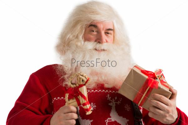 Портрет Санта-Клауса с рождественским игрушечным оленем и подарком