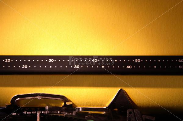 Пишущая машинка с бумагой