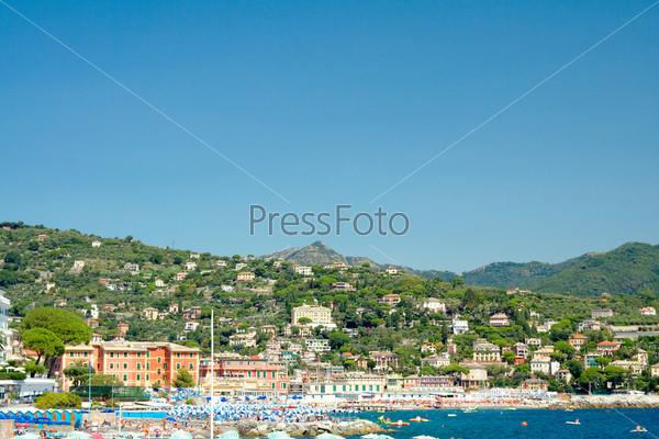 Фотография на тему Санта-Маргарита-Лигуре, вид на пляж и прибрежную часть города, Лигурийское побережье, Италия
