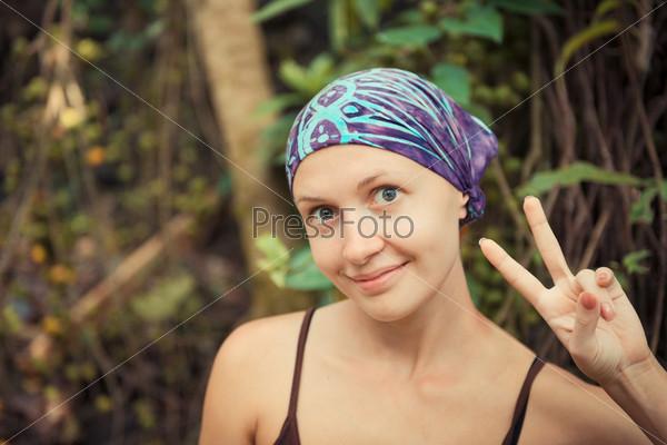 Фотография на тему Молодая женщина показывает знак победы