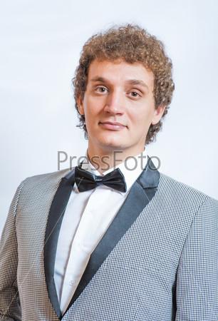 Портрет красивого мужчины в костюме