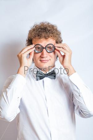 Фотография на тему Портрет мужчины в очках с роговой оправой в студии