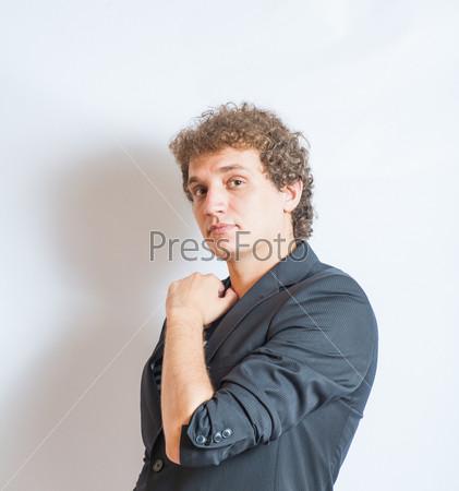 Красивый парень стоит на белом фоне