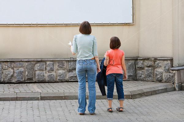 Фотография на тему Дети смотрят на рекламный баннер