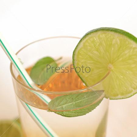 Алкогольный коктейль с лаймом и мятой