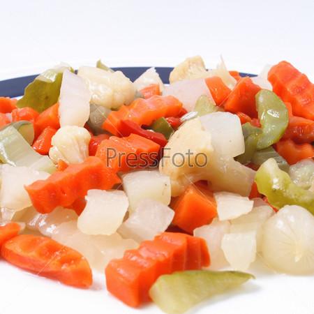 Фотография на тему Смешанные овощи, используемые в русском салате