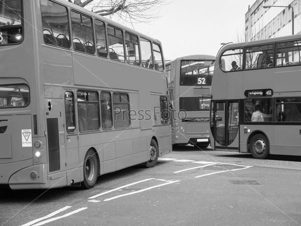 Красный двухэтажный автобус на оживленной улице в районе Ноттинг Хилл, Лондон, Великобритания