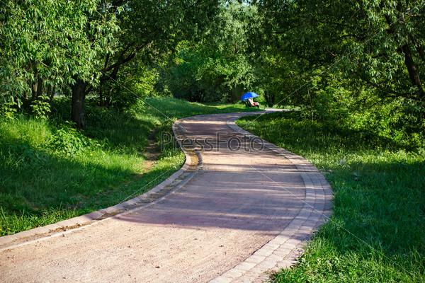 Фотография на тему Красный тротуар в зеленом парке