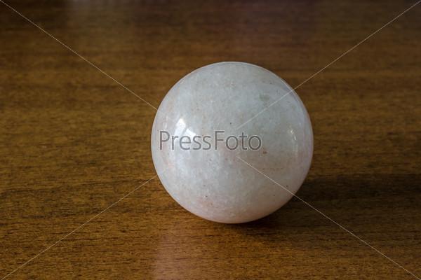 Каменный шар на столе
