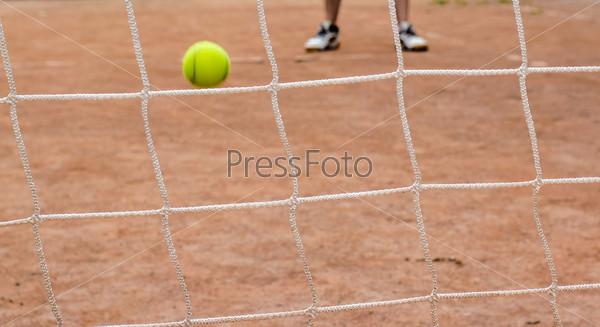 Фотография на тему Сетка и желтый теннисный мяч
