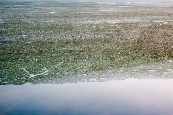 Фотография на тему Таяние льда на пруду весной