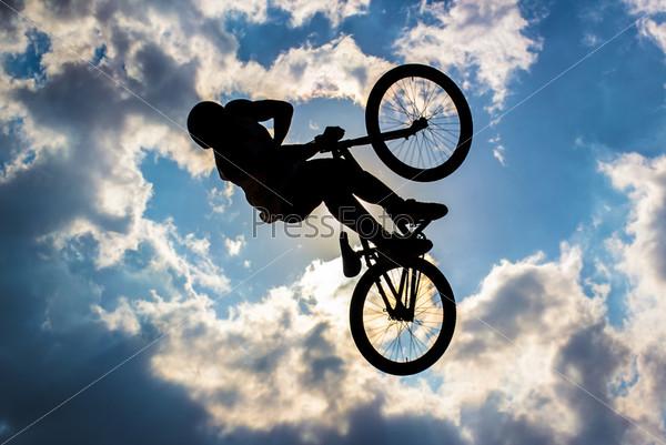 Силуэт велосипедиста на фоне неба
