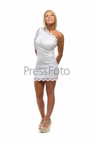 Красивая девушка в белом кружевном платье