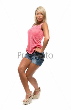 Загорелая девушка танцует