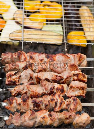 Вкусный шашлык из мяса и овощей