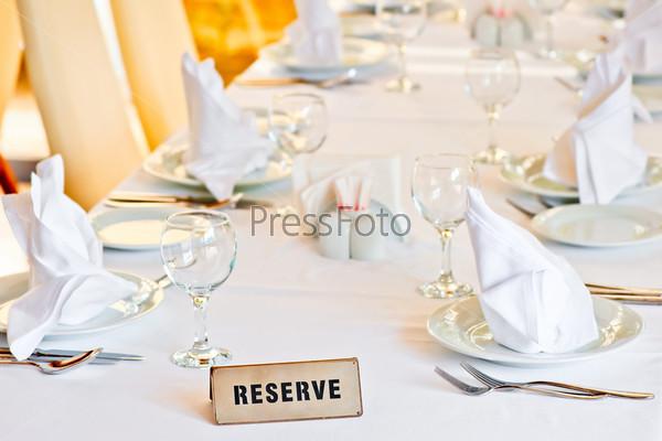 Красиво сервированный стол для гостей ресторана
