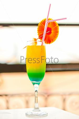 Фотография на тему Яркий алкогольный коктейль в бокале с украшениями